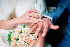 Руки невесты и groom стоковые фотографии rf
