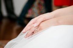 Руки невесты с кольцом Стоковая Фотография