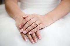 Руки невесты с кольцом Стоковые Изображения