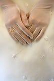 руки невест звенят венчание стоковая фотография