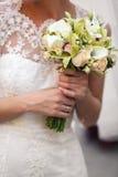 Руки нежной женщины держат букет callas и розовых роз Стоковая Фотография RF