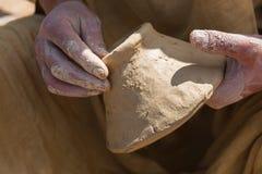 Руки непознаваемого мужского гончара Стоковые Фото