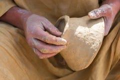 Руки непознаваемого мужского гончара Стоковое Изображение RF