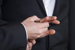 Руки новобрачных стоковые изображения