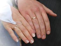 Руки нов-пожененной пары Стоковая Фотография
