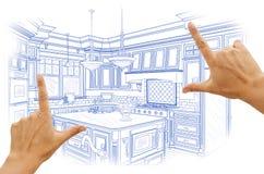 Руки обрамляя голубой изготовленный на заказ чертеж дизайна кухни стоковое изображение
