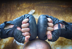 2 руки обхваченной в перчатках кулака для класть в коробку Стоковое Фото