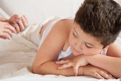 Руки доктора с шприцем на предпосылке лежа тучного мальчика Стоковое Изображение RF