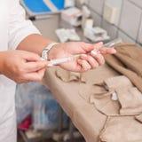 Руки доктора с шприцем Стоковые Фото