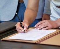 Руки документов подписания женщины на день свадьбы Стоковое Фото