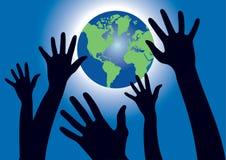 Руки достигая для глобуса мира стоковая фотография rf