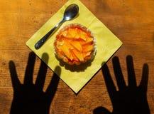 Руки достигая для десерта стоковая фотография rf