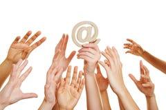 Руки достигая для на знака как символ интернета Стоковые Фотографии RF