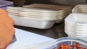 Руки отрезали суши при нож положенный в коробку для завтрака сток-видео