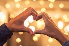 Руки пар делая форму сердца Стоковое фото RF