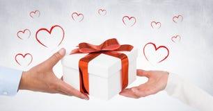 Руки пар держа подарок Стоковая Фотография