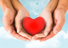 Руки пар держа сердце Стоковая Фотография RF