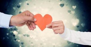 Руки пар держа сердце Стоковые Фотографии RF