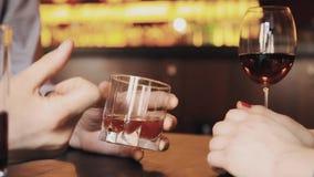 Руки пар на дате имея обсуждение над спиртом выпивают видеоматериал