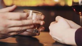 Руки пар на дате имея переговор над спиртом выпивают акции видеоматериалы