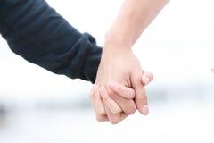 руки пар пляжа совместно 2 детеныша Стоковые Фотографии RF