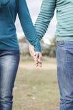 Руки переплетаннсяых женщины и человека Стоковое Фото