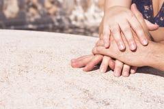 Руки переплетаннсяых человека и женщины Стоковая Фотография