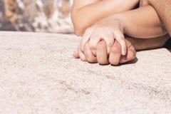 Руки переплетаннсяых человека и женщины Стоковое Изображение