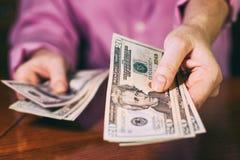 Руки персоны предлагая деньги к вам стоковая фотография rf