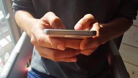 Руки печатая быстрые текстовые сообщения на умном телефоне видеоматериал