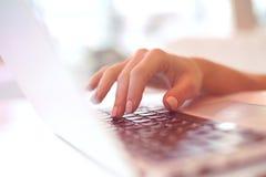 Руки печатая на клавиатуре используя компьтер-книжку в кафе, успешная бизнес-леди крупного плана красивые женские, деятельность,  Стоковая Фотография