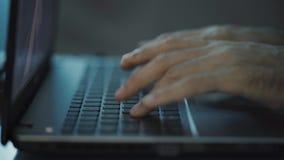 Руки печатая на клавиатуре компьтер-книжки акции видеоматериалы