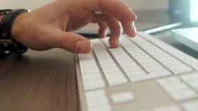 Руки печатая на машинке на клавиатуре акции видеоматериалы
