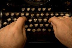 Руки печатая на старой винтажной машинке Стоковое Фото