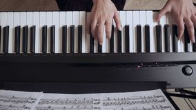 Руки пианиста молодой женщины играя рояль видеоматериал