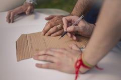 Руки писать в части картона стоковая фотография rf