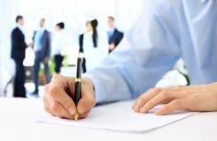 Руки писать на бумаге Стоковое Изображение RF
