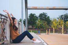 Руки повышения женщины на мосте Стоковое Фото