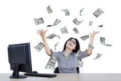 Руки повышения коммерсантки с деньгами Стоковое Изображение