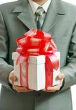 руки подарка бизнесмена Стоковая Фотография