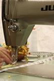 руки подвергают механической обработке работу механической обработке стоковая фотография
