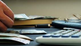 Руки подсчитывают деньги Долларовые банкноты на столе акции видеоматериалы
