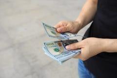 руки подсчитывая деньги в городе Стоковые Фото