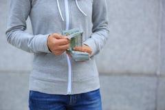 Руки подсчитывая деньги на запачканной предпосылке города Стоковое Изображение RF