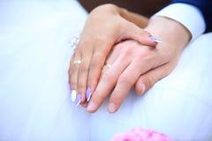 Руки пожененной пары с обручальными кольцами Стоковые Фотографии RF