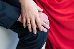 Руки пожененных пар с кольцами стоковые изображения
