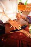 Руки пожилой женщины закручивая шерсть стоковые изображения