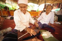 Руки пожилой женщины закручивая шерсть стоковая фотография rf