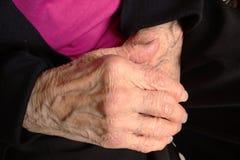 Руки пожилой женщины с морщинками, видно veining Стоковая Фотография