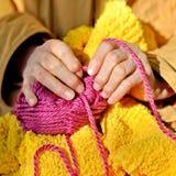 Руки пожилой женщины Стоковые Изображения